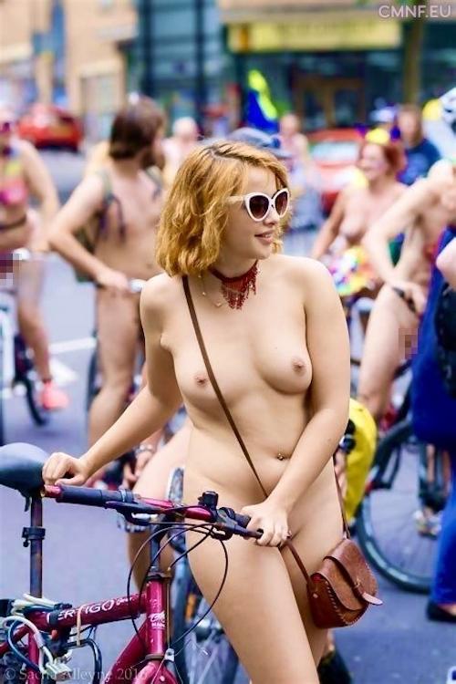裸で自転車に乗るイベントに参加してる素人美女のヌード画像特集 30