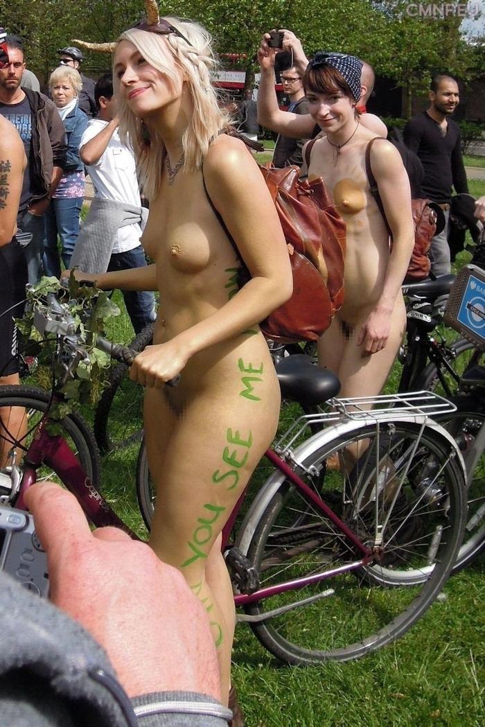 裸で自転車に乗るイベントに参加してる素人美女のヌード画像特集 33