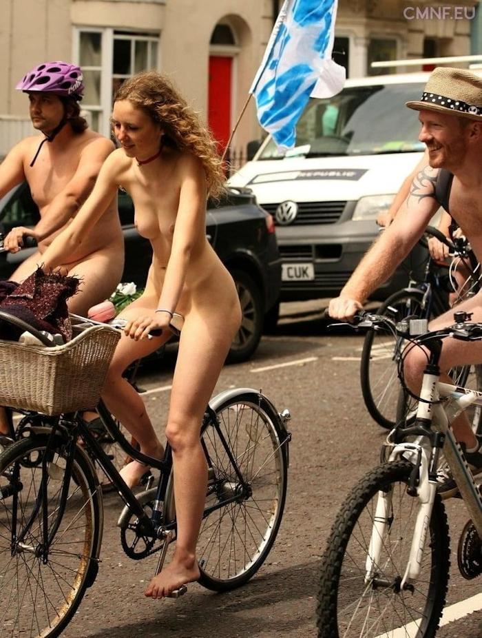 裸で自転車に乗るイベントに参加してる素人美女のヌード画像特集 36