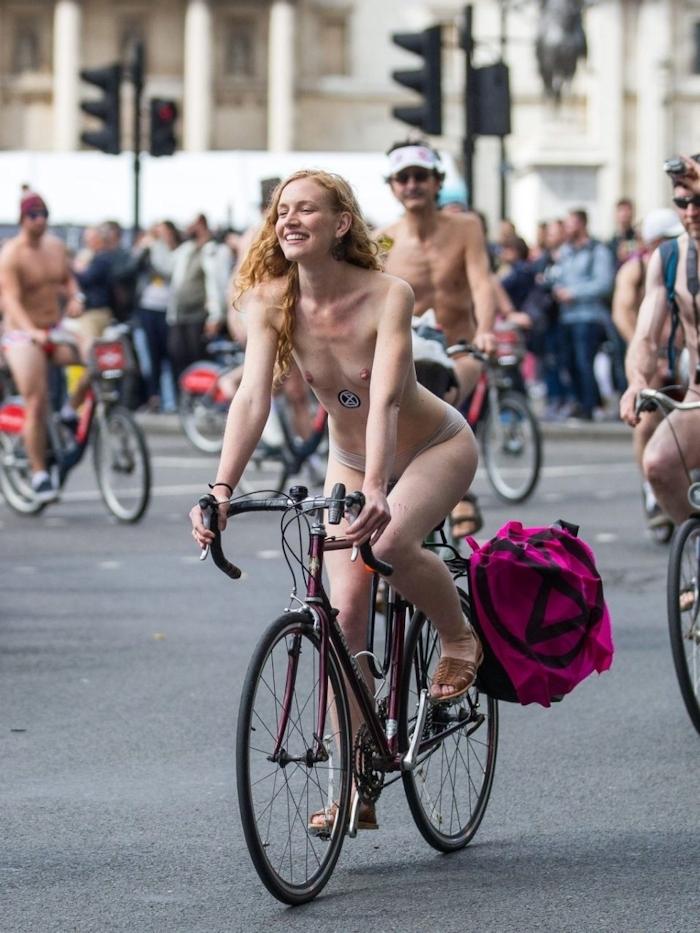 裸で自転車に乗るイベントに参加してる素人美女のヌード画像特集 38