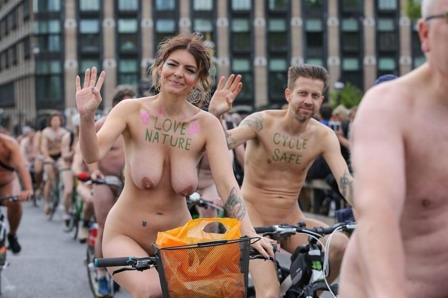 裸で自転車に乗るイベントに参加してる素人美女のヌード画像特集 39