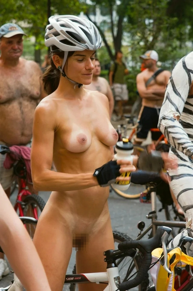裸で自転車に乗るイベントに参加してる素人美女のヌード画像特集 41