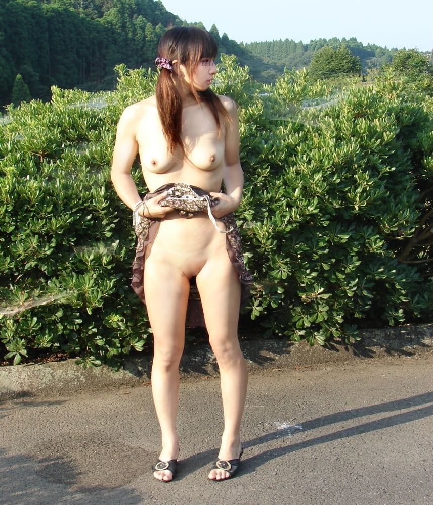 パイパン素人美女の野外露出ヌード画像 14