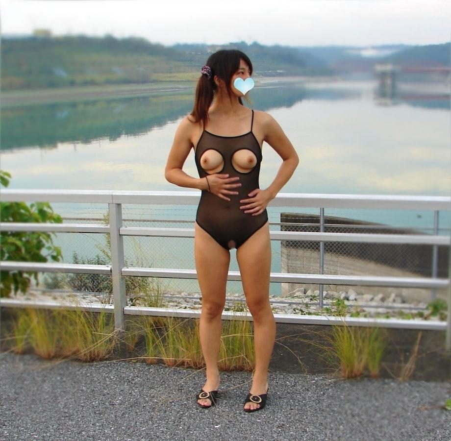 パイパン素人美女の野外露出ヌード画像 15