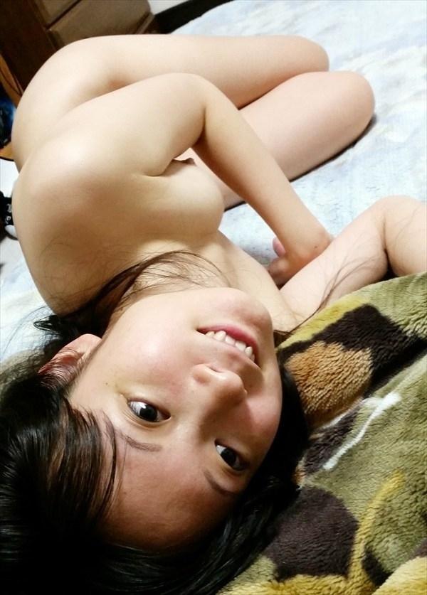 スレンダーな素人女性の日常撮影したプライベートヌード画像 13