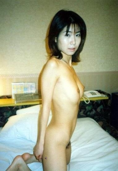 美乳で陰毛の濃い素人美女をラブホで撮影したプライベートヌード画像 9