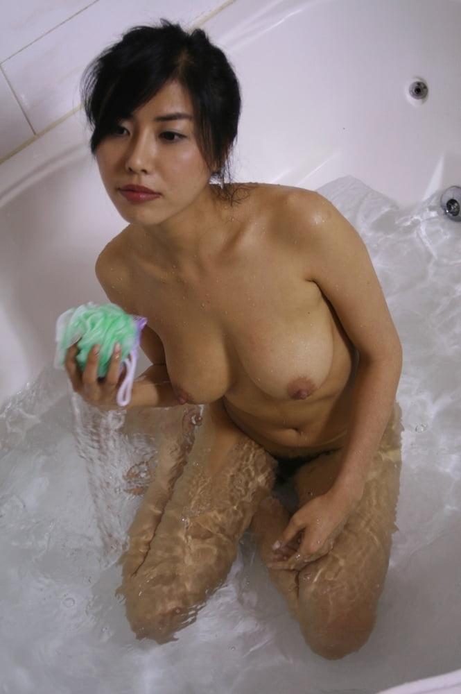 ジーンズを履いた美巨乳な韓国素人美女のヌード画像 11