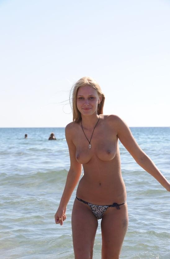 ヌーディストビーチのティーンの美乳おっぱい特集 5