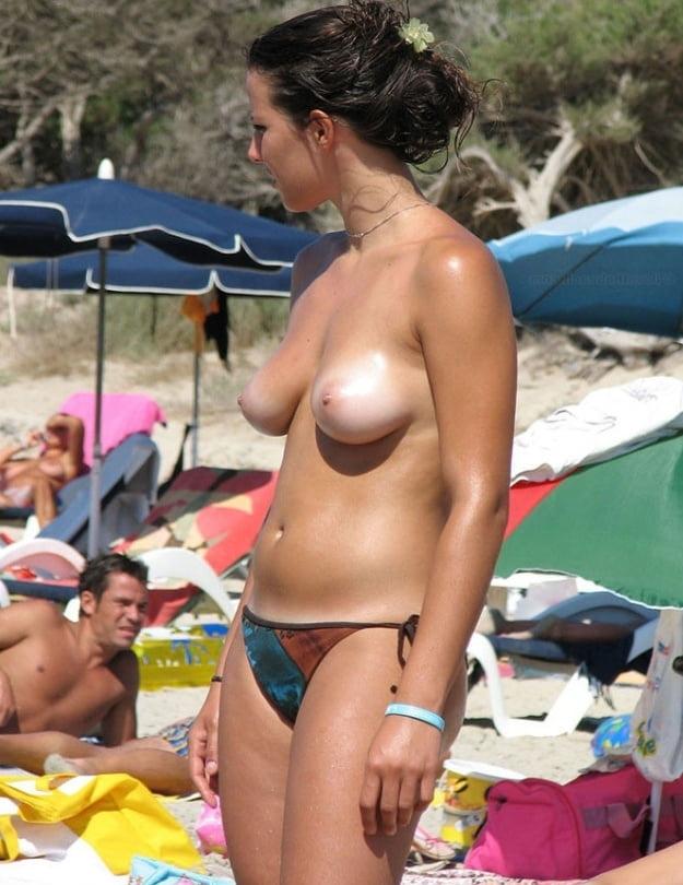 ヌーディストビーチのティーンの美乳おっぱい特集 9