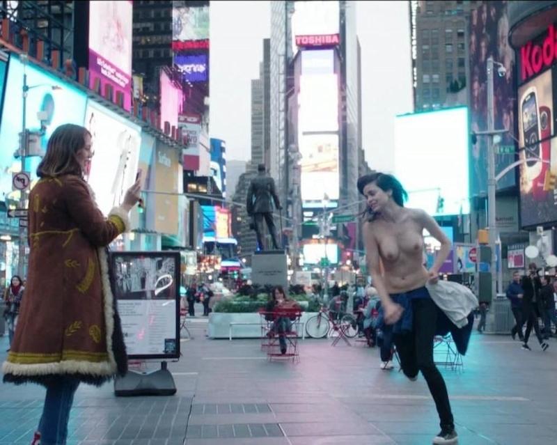 アメリカの女優がニューヨークの街中でおっぱい露出 1
