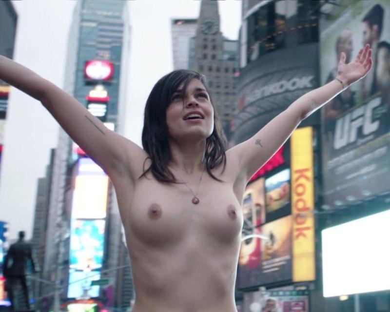 アメリカの女優がニューヨークの街中でおっぱい露出 6