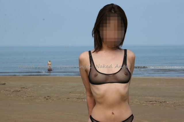 海でスケスケビキニを着た素人女性の画像 3