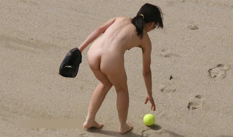 全裸でキャッチボールをしていた素人女性のヌード画像 2