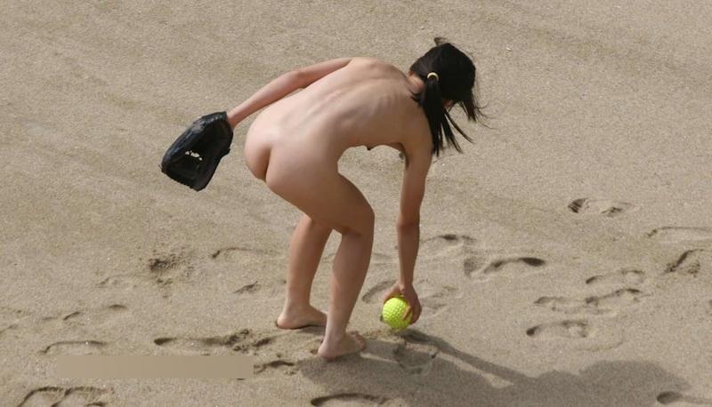 全裸でキャッチボールをしていた素人女性のヌード画像 9