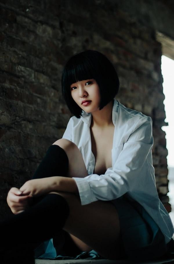 ボブカットの美少女JKの制服ヌード画像 1
