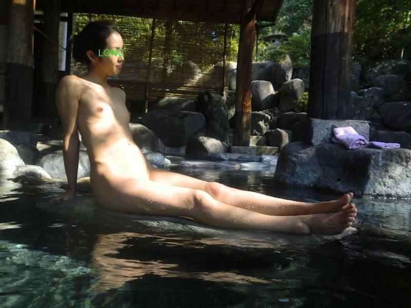 露天風呂で撮影したパイパン微乳な素人女性のヌード画像 3