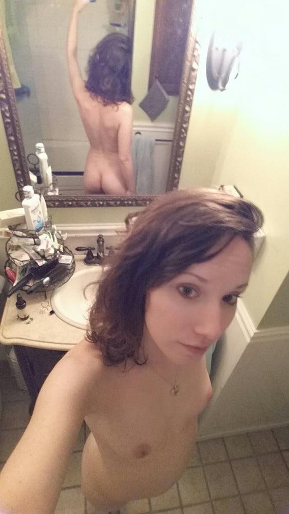 美微乳スレンダーな西洋素人美女の自分撮りヌード画像 9