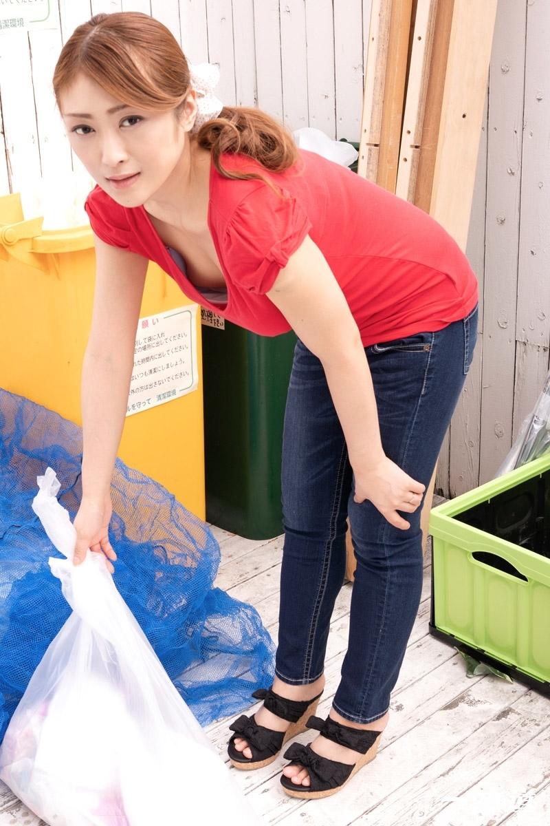 工藤れいか 「朝ゴミ出しする近所の遊び好きノーブラ奥さん 工藤れいか」 2