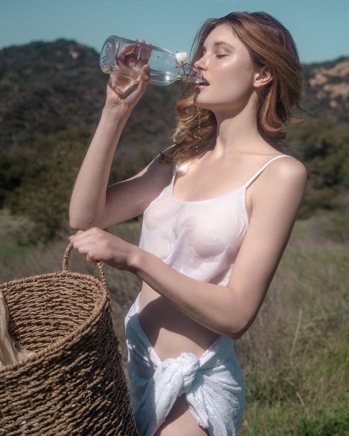 裸で洗濯物を干す西洋美女たちの画像 2