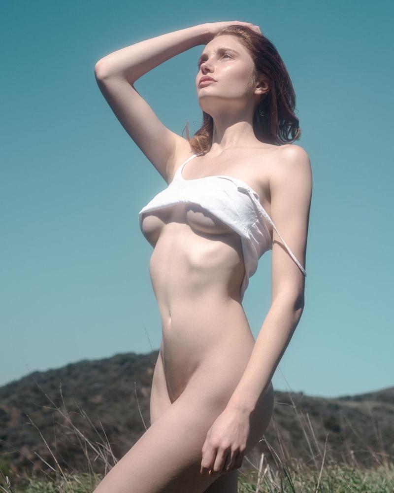 裸で洗濯物を干す西洋美女たちの画像 4