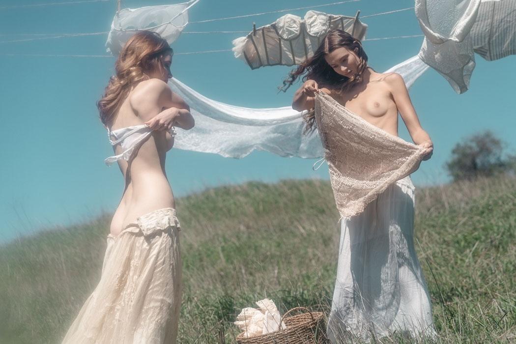 裸で洗濯物を干す西洋美女たちの画像 5