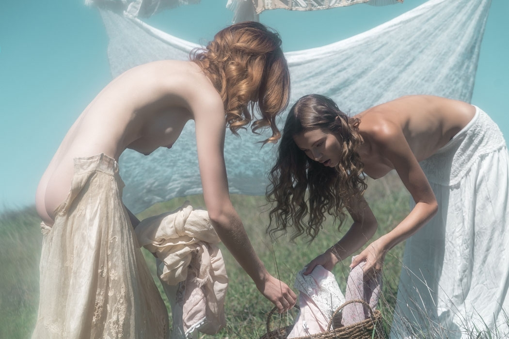 裸で洗濯物を干す西洋美女たちの画像 6