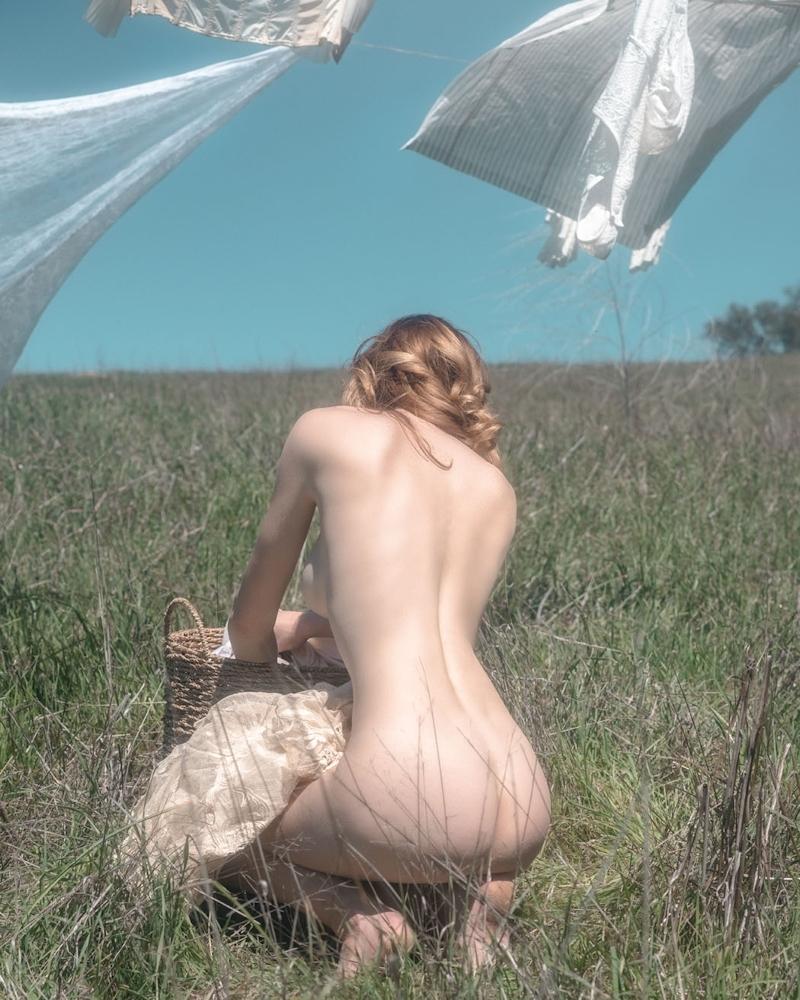 裸で洗濯物を干す西洋美女たちの画像 7