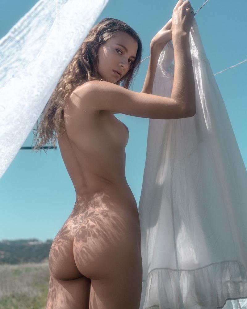 裸で洗濯物を干す西洋美女たちの画像 10