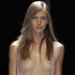 ファッションショーで乳首スケスケの衣装を着るスーパーモデル