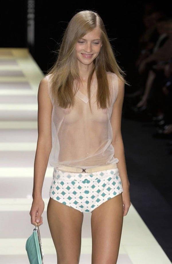 ファッションショーで乳首スケスケの衣装を着るスーパーモデル 2