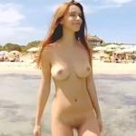 全裸で海を泳ぐ美巨乳美女のヌード画像