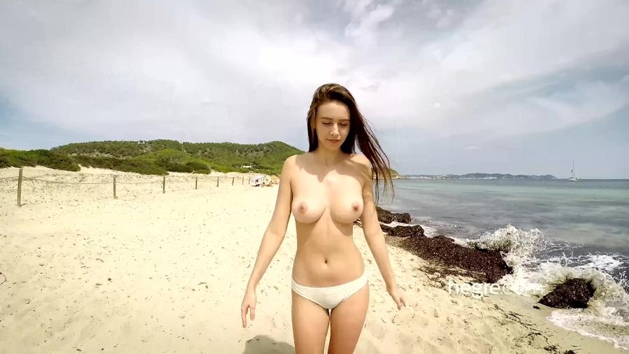 全裸で海を泳ぐ美巨乳美女のヌード画像 2