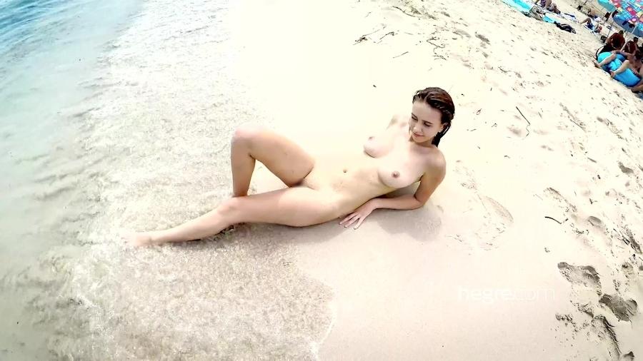 全裸で海を泳ぐ美巨乳美女のヌード画像 6