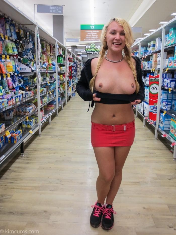 ショップ店内で露出プレイしてる西洋素人女性の画像 1