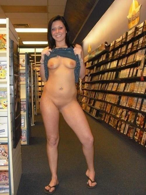 ショップ店内で露出プレイしてる西洋素人女性の画像 12