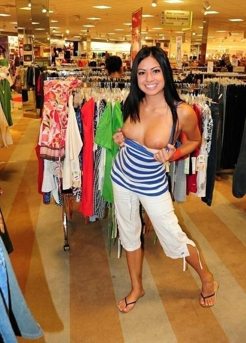 ショップ店内で露出プレイしてる西洋素人女性の画像 15