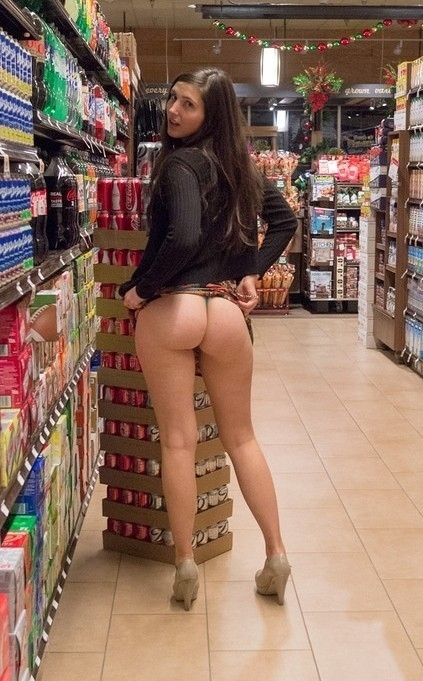 ショップ店内で露出プレイしてる西洋素人女性の画像 16