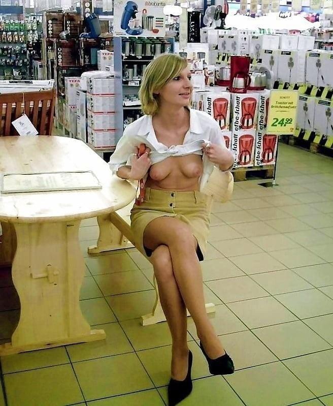 ショップ店内で露出プレイしてる西洋素人女性の画像 28