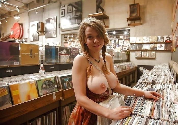 ショップ店内で露出プレイしてる西洋素人女性の画像 31