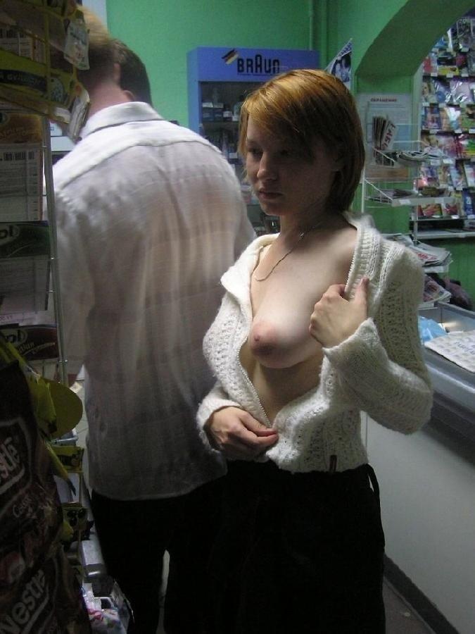 ショップ店内で露出プレイしてる西洋素人女性の画像 32