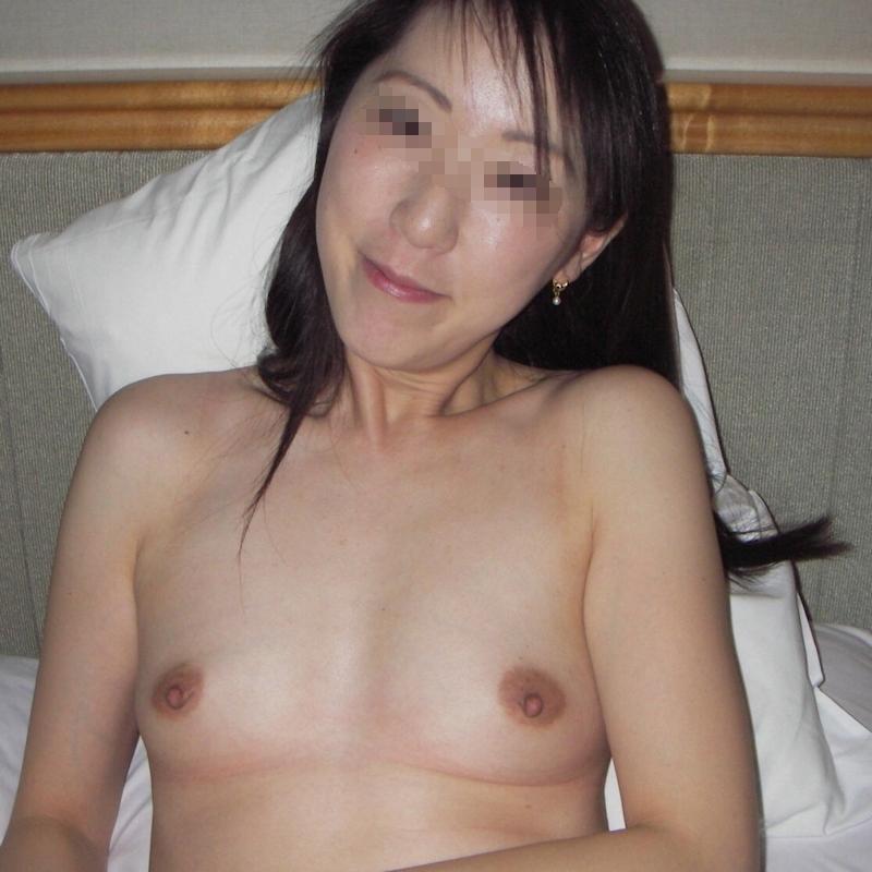 スレンダー微乳な美熟女のプライベートヌード画像 3
