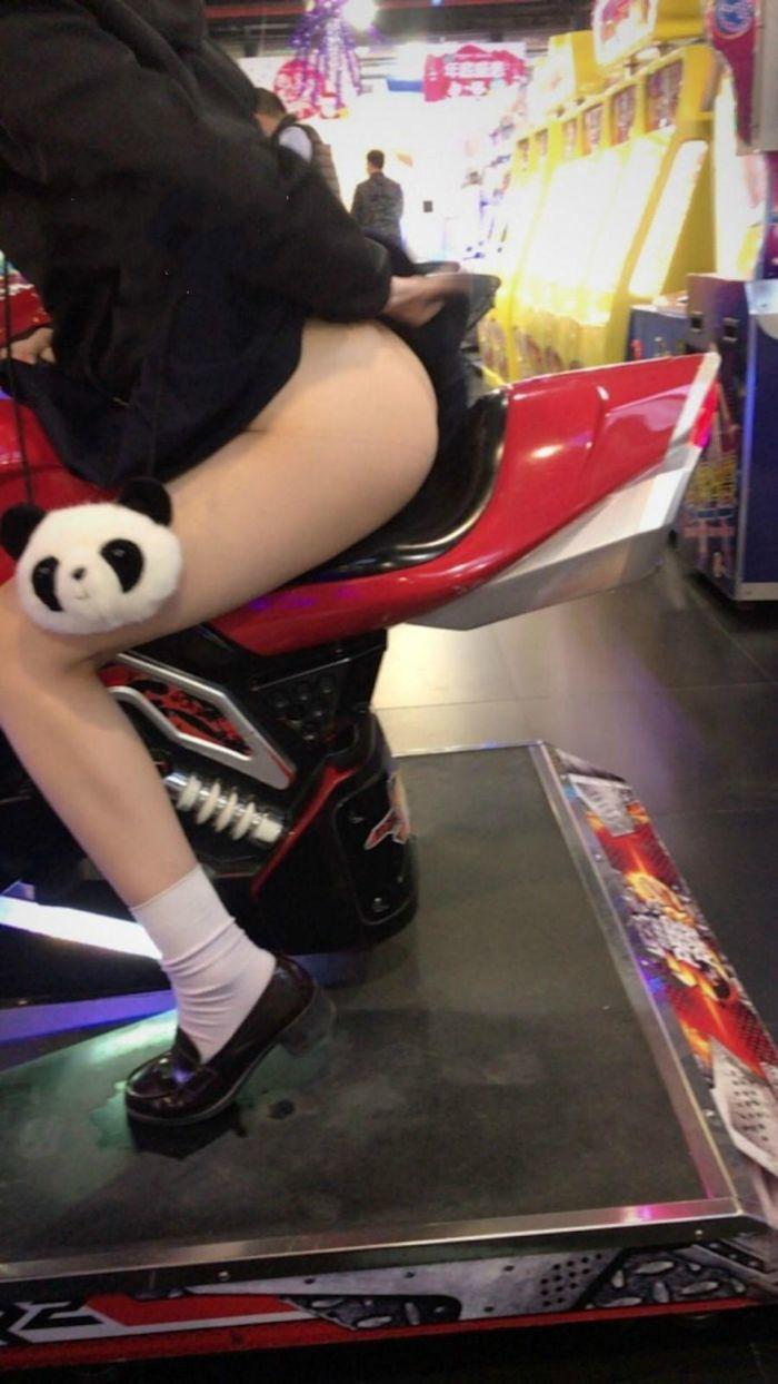 ゲームセンターでマンコを露出してるパイパン少女の画像 2