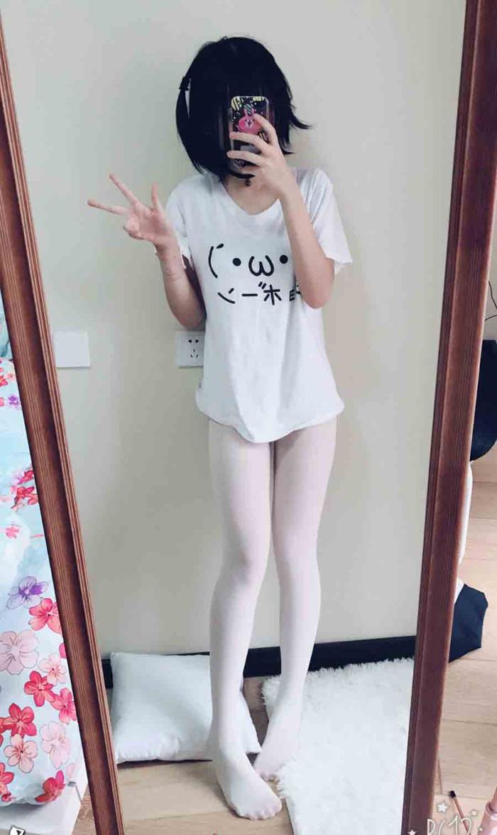 美乳な少女がパンティを脱いで自分撮りしたマンコ画像 1