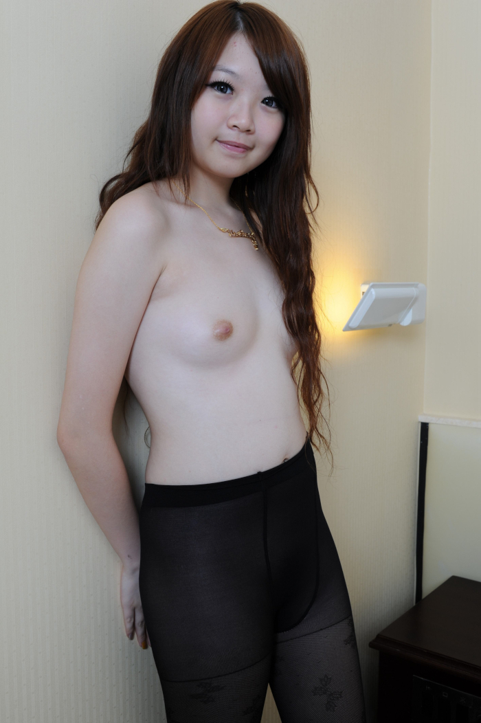 小ぶりなおっぱいがカワイイ美少女をモデルに個人撮影したヌード画像 3