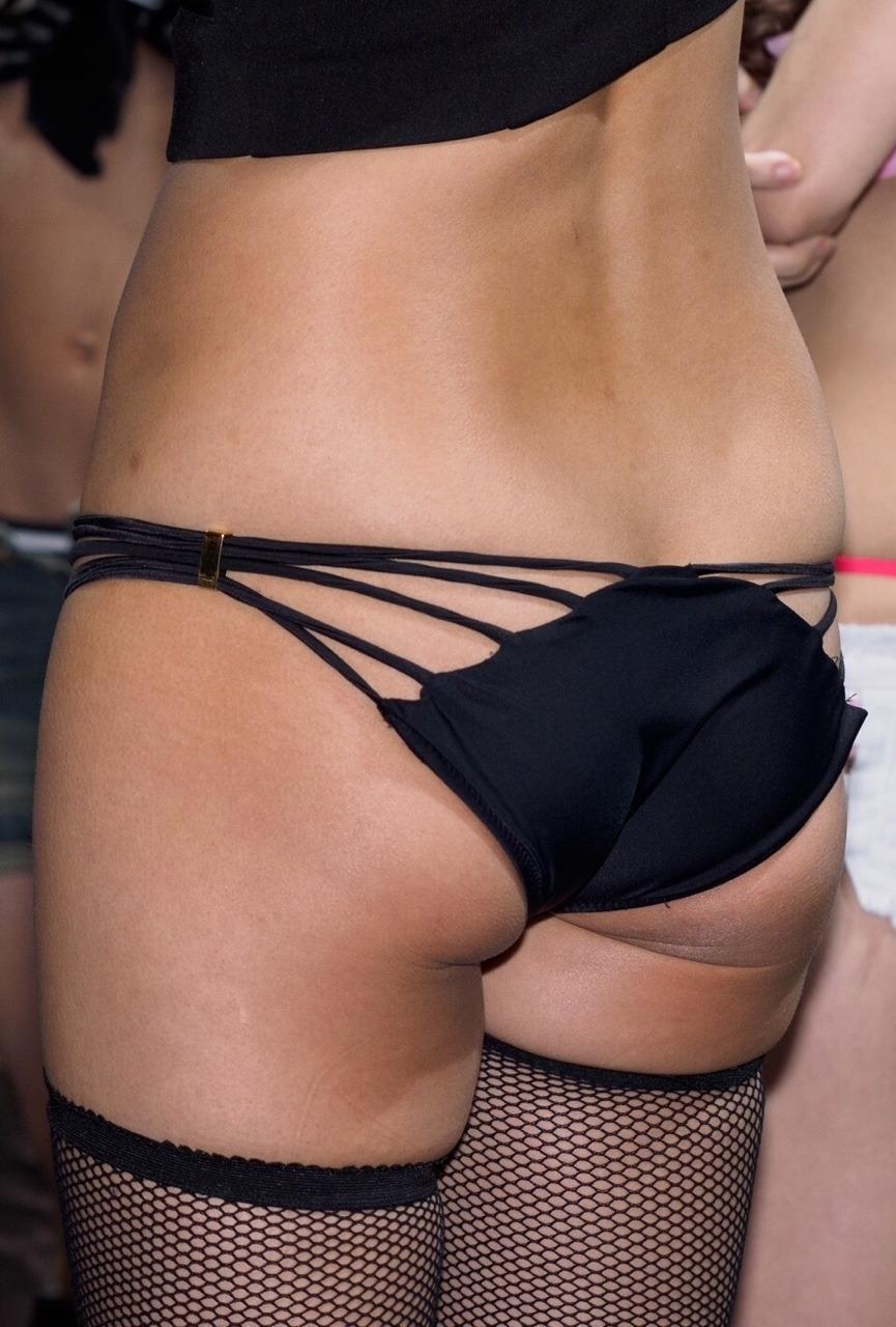 美人イベントコンパニオンのセクシービキニパンティ 3