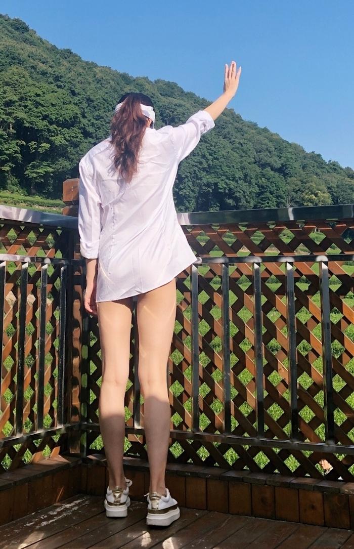 スレンダー美女が茶畑で野外露出してるヌード画像 1
