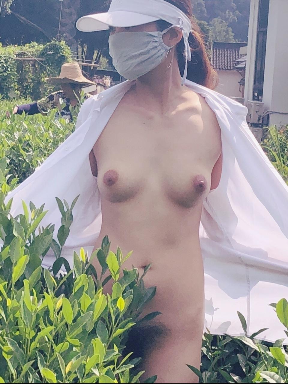 スレンダー美女が茶畑で野外露出してるヌード画像 8