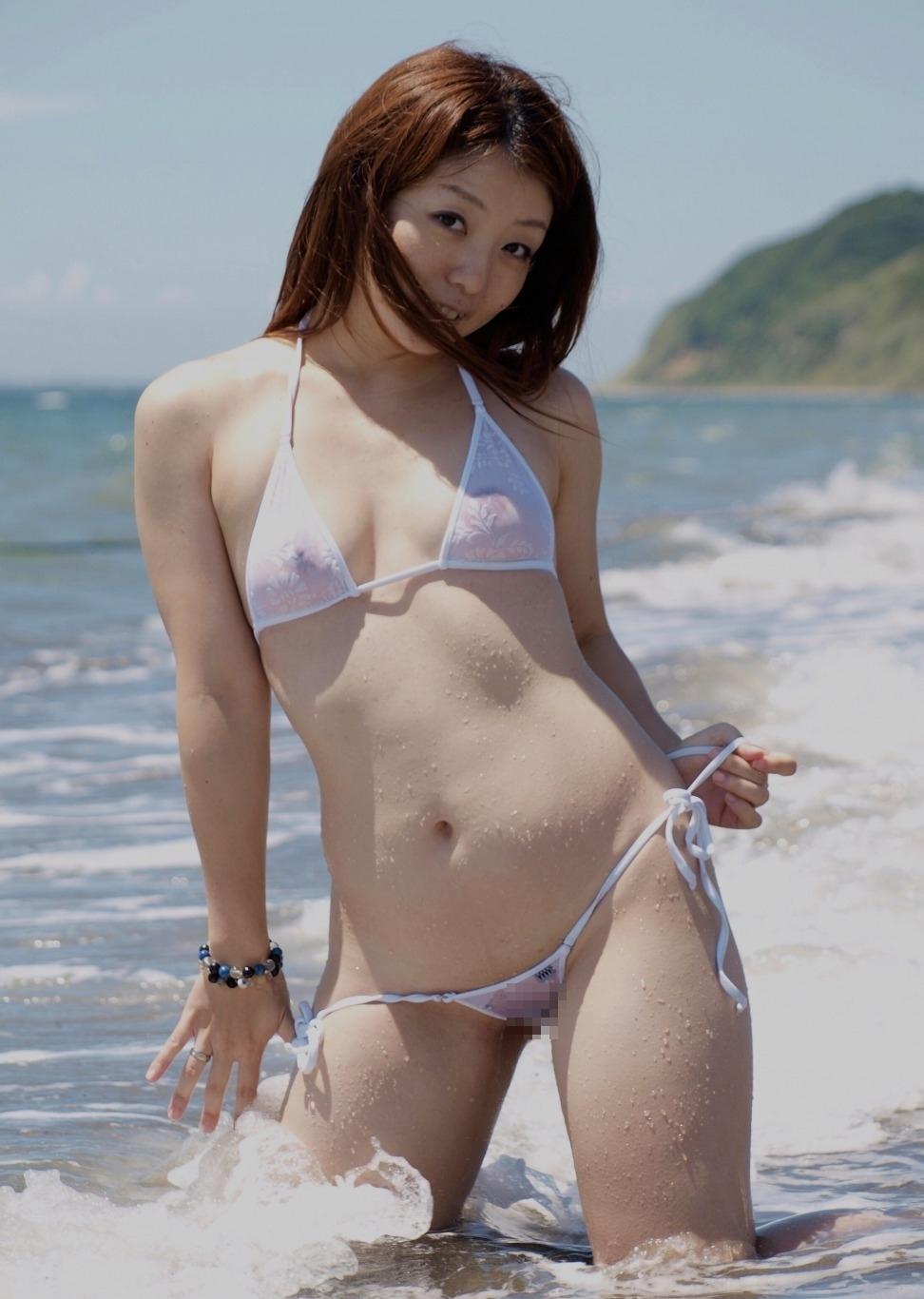 スケスケビキニの素人女性がビーチで全裸になってる画像 1