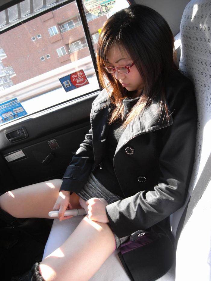 タクシーの中で全裸オナニーしちゃうメガネ美女の画像 1