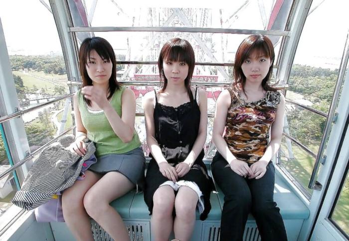 若い女の子3人が観覧車で全裸になってる画像 1
